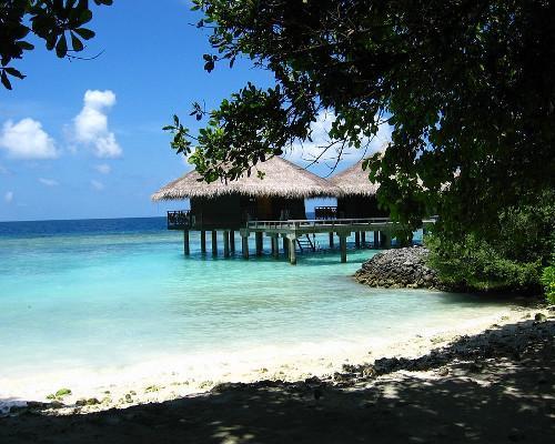 Restaurante sobre el agua en uno de los atolones de islas Maldivas.