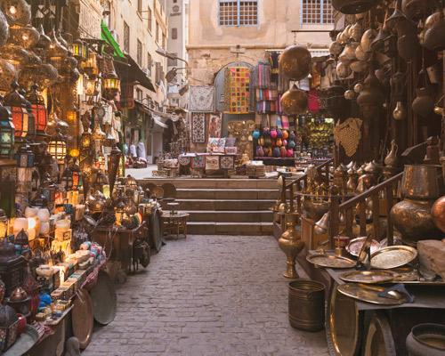 Bazar Jan el-Jalili  el más antiguo de la ciudad, abarrotado de artículos para propios y foráneos.